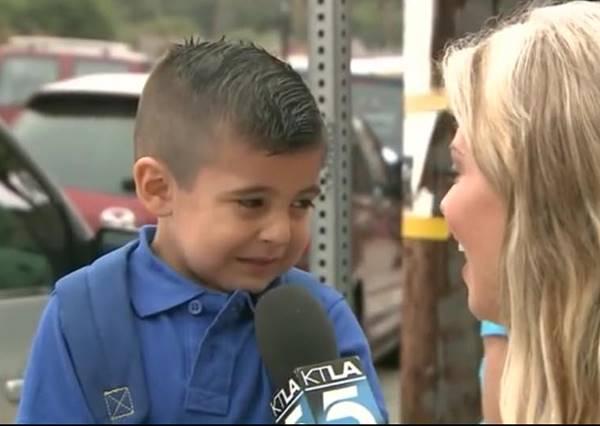 還記得第一次上學的情景嗎?4歲男童原本雀躍走進校門,因為記者一句話瞬間淚崩!