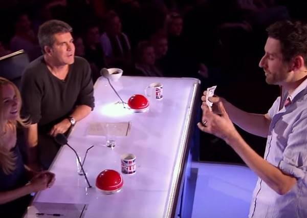 這名魔術師捲起袖子開始表演,最後他秀出的牌讓最毒舌的評審也傻眼!