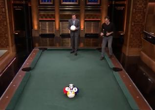影音/裘德洛和吉米法隆一起打巨型撞球