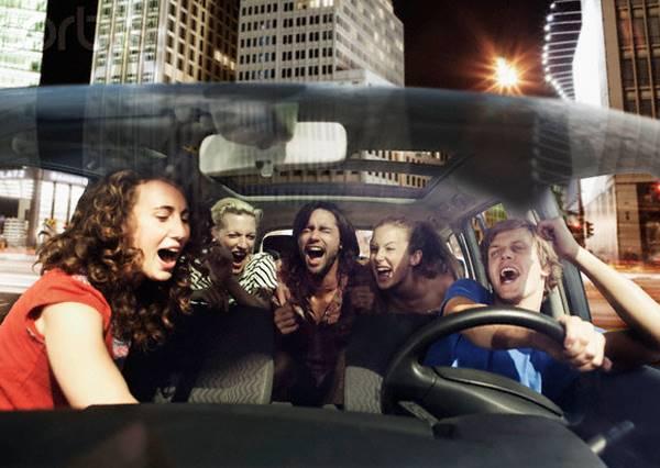 到底是哪首超嗨神曲,讓計程車也能瞬間變Party,甚至連衣服也脫了?