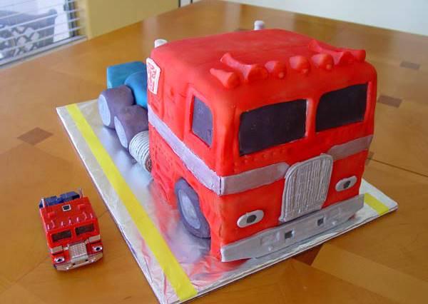 你以為這只是柯博文造型蛋糕嗎?按鈕一按下去,不只小孩連大人也跟著鼓掌加尖叫