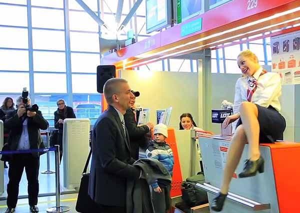 他幸運成為波蘭航空夢幻航班第500,000幸運乘客!空姐接下來對他做的事讓全機場旅客都羨慕死