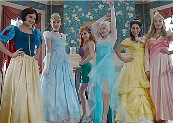 女王Elsa戳破迪士尼公主的粉紅泡泡,原來不用男人也能過著幸福快樂的日子!