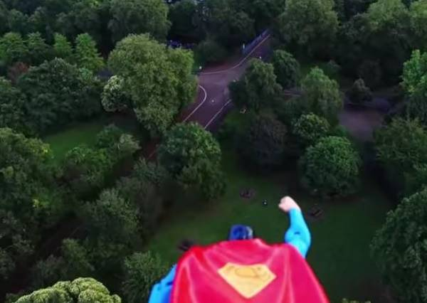 超人飛天特效靠這招!原來拍出維妙維肖的超人電影這麼簡單
