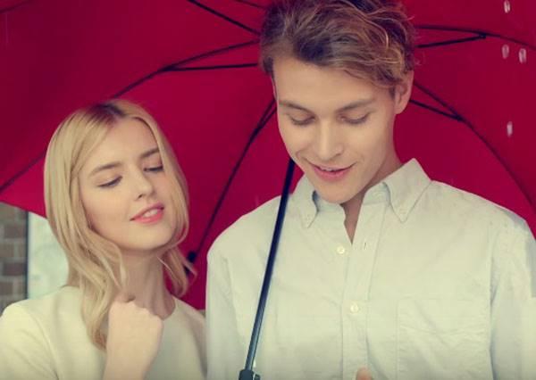 誰說手機跟傘不能兼顧?最懂你心的傘!雨天滑手機不再讓你脖子酸!