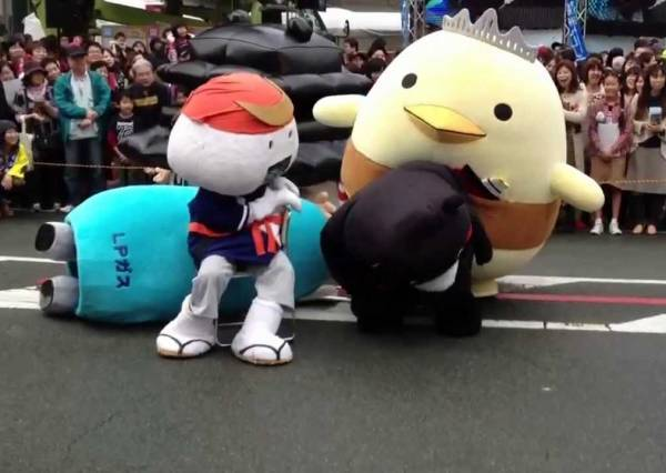 日本吉祥物不只比人氣!世紀相撲對決 熊本熊最後也是悲劇啊...