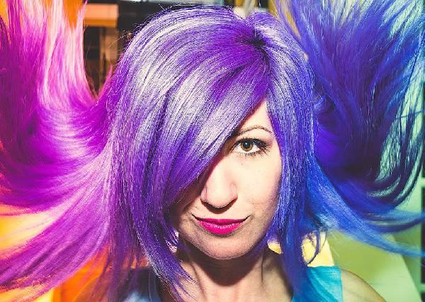 究竟是藍紫還是粉紅?正妹頭髮一秒變色,網友熱議「到底是染什麽顏色」?