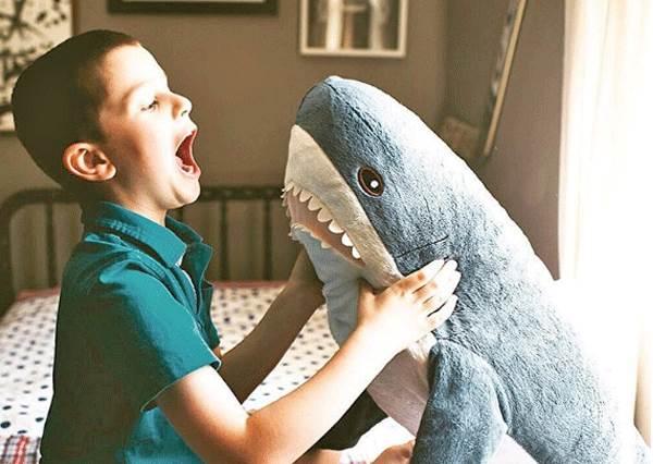 在台灣IKEA就能買到萌萌噠「鯊魚抱枕」!網友瘋狂搶貨,回家還幫它們拍劇情照打卡?