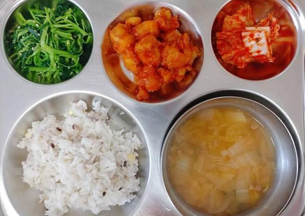 看完也想去韓國重讀?揭曉韓國「國小生營養午餐」每日菜色,竟然還有蔬菜蛋捲!