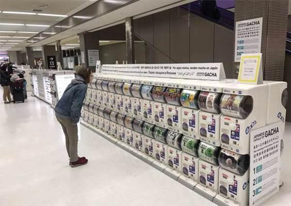 【日本成田機場設置了好多扭蛋機!】讓你可以消耗手邊的零錢或是不小心散掉更多的錢…XD !