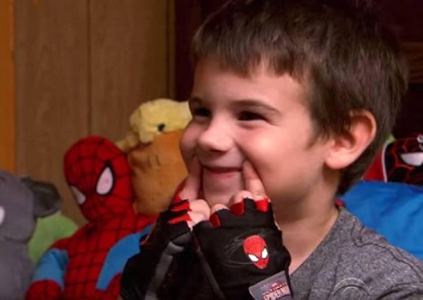 父母接連過世的6歲男孩,決定用最溫暖的行動讓全世界對他微笑:)
