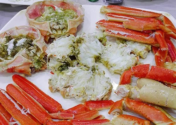 滿滿的蟹黃飯太犯規!可以爽爽吃現抓韓國紅蟹大餐就只有這家,隨便啃蟹脚都有肉