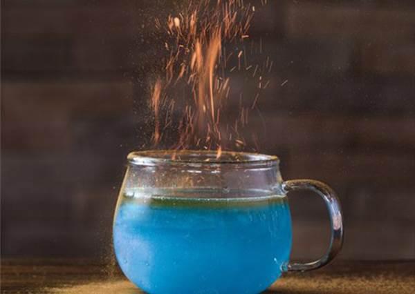 發出夢幻煙火藍光的星空雞尾酒,實在太夢幻了!果然只有哈利波特主題咖啡館做得到