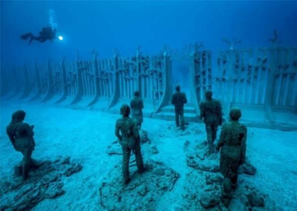 【誰說博物館只能在地面 ?! 歐洲有第一個水下雕塑博物館 ! 】要參觀得要買門票還要會潛水才行喔 ! ~