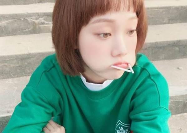 不要再包緊緊了~榮登韓妞女大生的街拍TOP服是_金福珠'S「睡醒慵懶風」