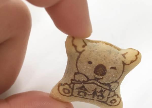 有吃有保庇!精選5款專為考生加油的日本零嘴:小熊餅乾竟然手裡還抱合格御守!
