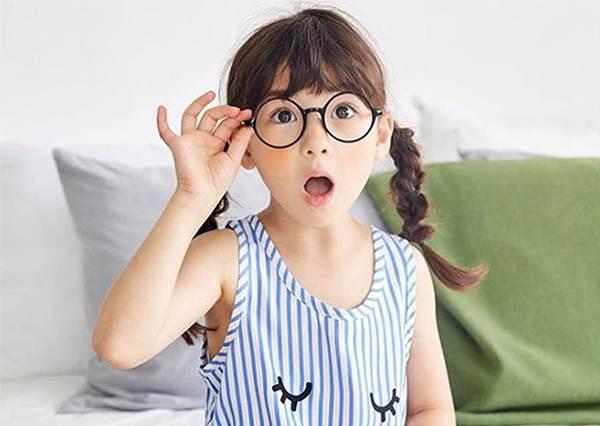 【 美韓混血療癒系小美女 Ellie 】那精緻的臉蛋與可愛的笑容真的讓人好想生個混血寶寶啊!!!