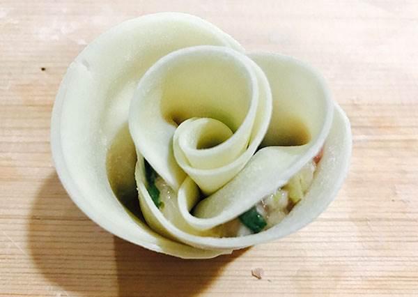 網路上都在瘋的「玫瑰煎餃」食譜&作法公開!拿三片餃子皮這樣疊起來包就能完成了?!