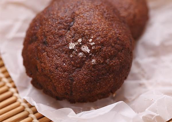 甜甜鹹鹹沒人不愛!詳盡步驟圖說DIY「海鹽巧克力餅乾」,天然食材還不用怕胖