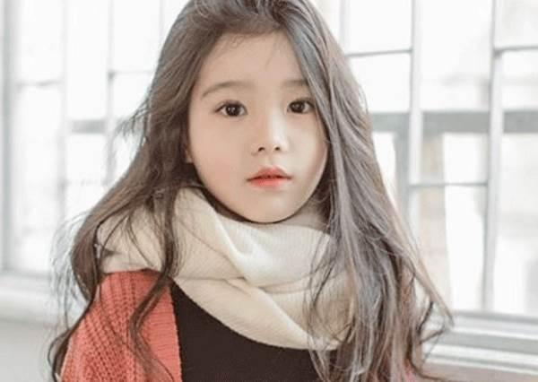 根本就是迷你版劉仁娜?小大人的時尚穿搭特輯,尤其大波浪捲髮型最像♥