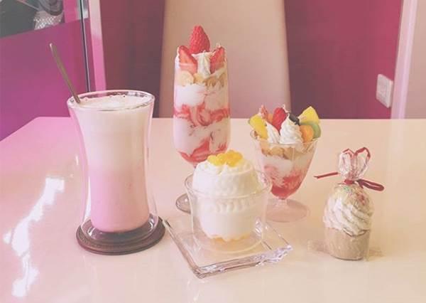 不准你破壞!奶油花般的純鮮奶霜淇淋實在太美了,甜而不膩好吃又好拍