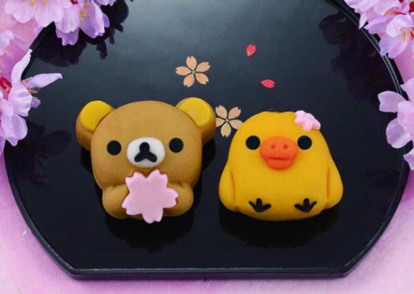 手抱櫻花瓣也太可愛!日本超商春季限定的「拉拉熊和菓子」,重點內餡還是布丁口味!
