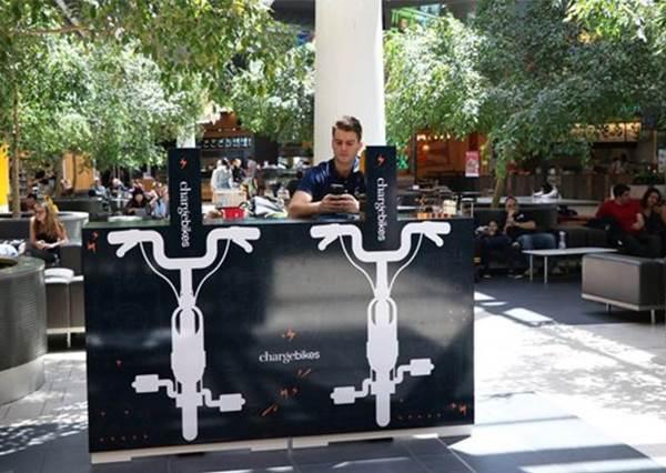 【澳洲布里斯本國際機場設置了環保充電腳踏車!】又可以做運動又可以幫手機充電,實在又健康又方便阿~