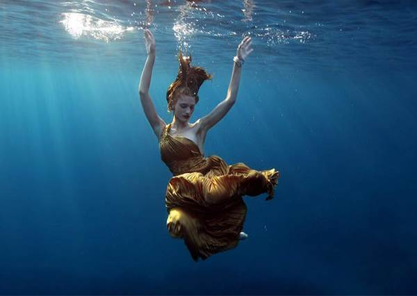 總是沒安全感?兩性專家:其實談戀愛跟學游泳一樣,「放鬆」就對了