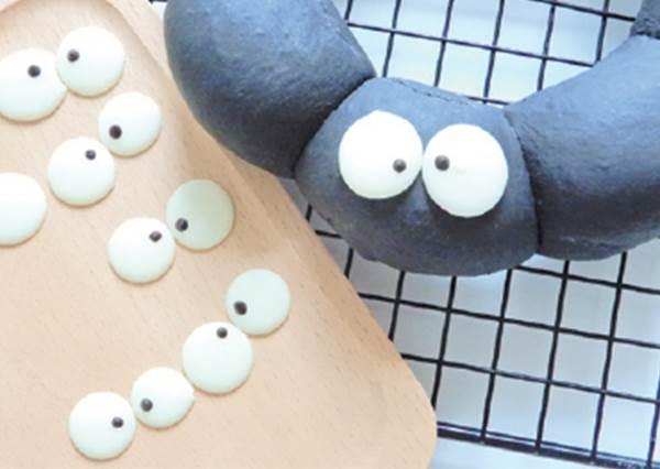 只要會搓圓就好?沒有基礎也能成功的「小灰塵手撕麵包」,龍貓都想請你多做幾個送它了!
