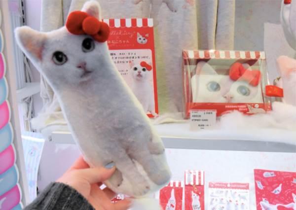 貓奴全都拜倒在她的小白腳下!日雜貨聯名「凱蒂貓×小星鰻」,絕對是史上最萌的Cosplay!