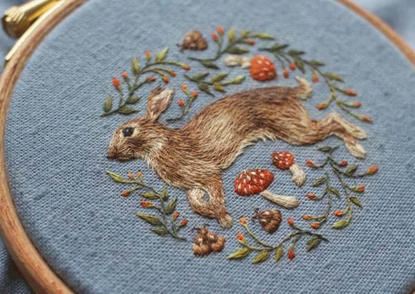 哪裡來的一隻活跳跳兔子!超有溫度感「可愛動物刺繡」,這一根根蓬鬆狐狸毛根本從刺繡盤上長出來的啊~