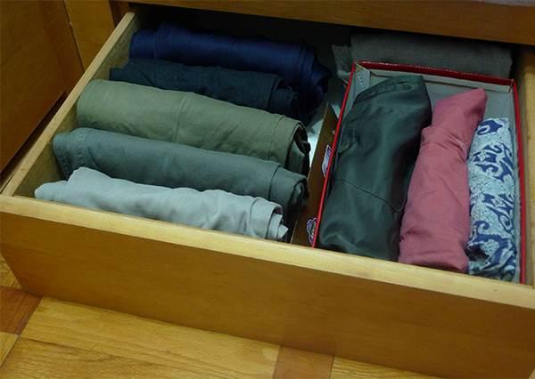 """襯衫真的都不會皺了!想不到""""紙板""""成為換季衣物收納的好幫手,收拿輕鬆不易亂"""