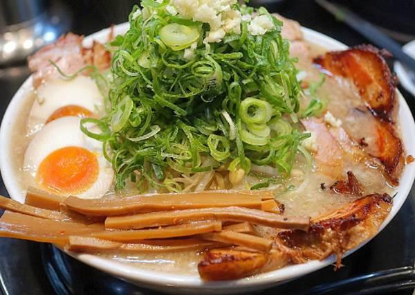 日本校園美食也好讚!大阪大學生最愛的這款人氣拉麵,吃過一次就賺到了?