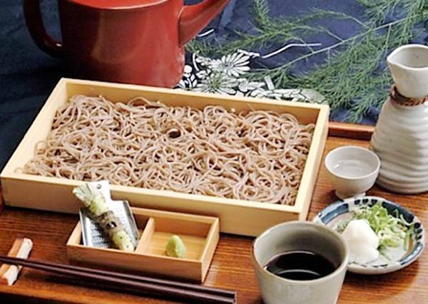 旅遊書上沒介紹到的「隱藏版美食」!大阪必吃手打蕎麥麵:5種口味的拼盤好邪惡喔!