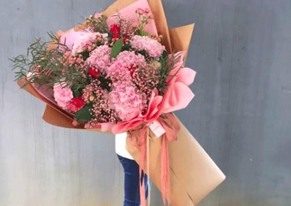 請先衡量男友的薪水喔!韓國超有面子的「巨大花束」,就是大到看不到路才夠浪漫啊!