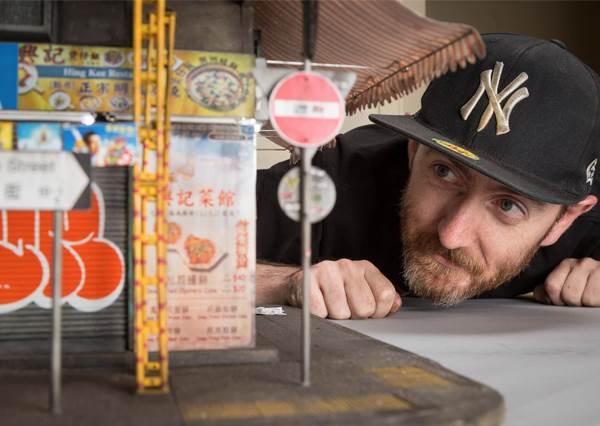 能這樣向電影《古惑仔》致敬的只有他了!迷你重現香港舊區街景,連舊式長型鐵窗也超逼真