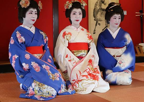 遠看就像星空一樣美啊!日本水族館才有的療癒「水母群」,讓人久久離不開視線