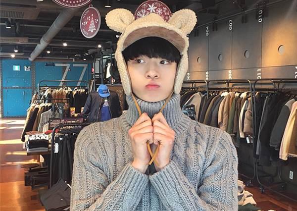 【 2017 Seoul Fashion Week 路上最閃亮的一顆星 - 김강민 】這已經不是穿搭的問題了,是戀愛啊 <3