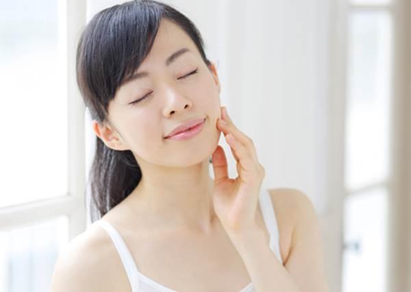 最快1周內就有瘦臉效果!美容專家教你「能招來幸福的臉蛋保養法」:秘密武器竟然是腮紅刷?