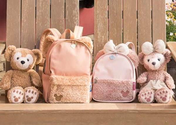 買吊飾掛包包不夠萌啦!東京海洋迪士尼限定款「毛絨絨達菲後背包」,長耳朵這點也太Q!
