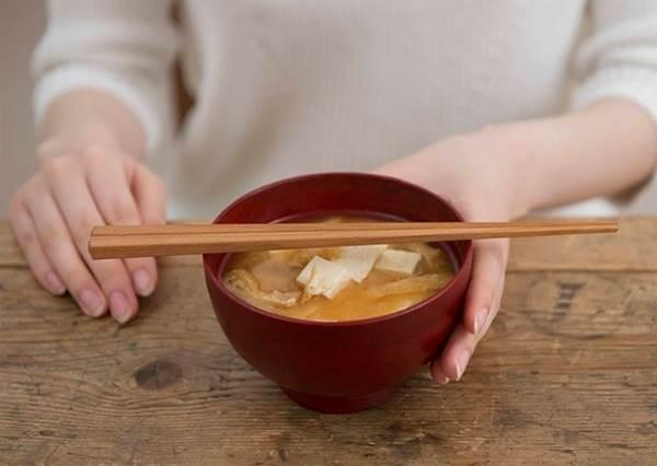 筷子不能橫放碗上?去日本你不能不知道的10個吃飯小禁忌,別在餐桌上鬧笑話!