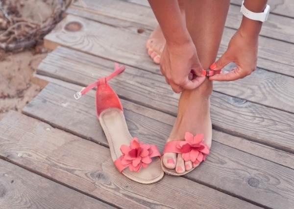 夏季的時尚從腳下開始!在男生眼中的5大NG涼鞋穿法:連鞋跟聲音過大都很討厭?