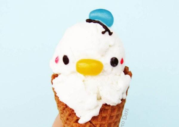 抹茶冰淇淋原來是大眼仔的化身?超可愛卡通造型冰淇淋DIY示範,唐老鴨口味的用軟糖就能做!