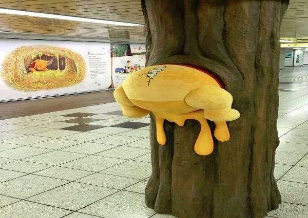 偷吃蜂蜜被抓到啦?!日本車站超萌裝置藝術,還可以跟維尼同框合照能不去嗎!