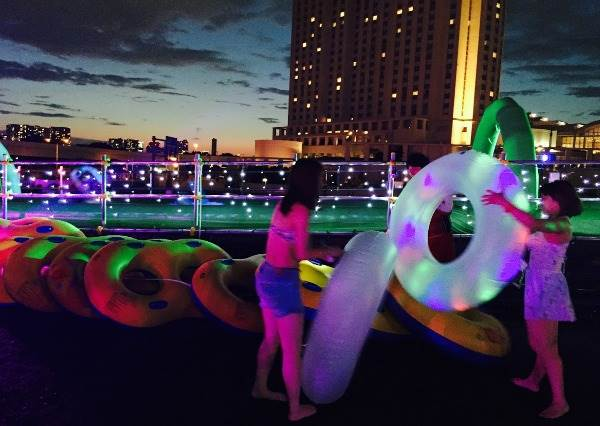 不用怕曬傷!東京「水上樂園」夜間開放中,巨大球池跟充氣滑水道一次滿足!