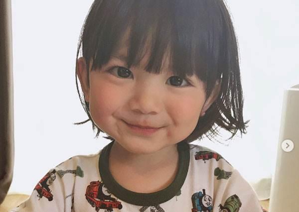 這雙大眼根本是咘咘的親戚吧?日本超萌小正太,穿上可愛洋裝肯定也超可愛的啊!
