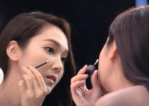 化妝最怕被看出「化很大」!5大重點從打底到最難眼線,就是讓你畫出宛如訂製的自然妝容