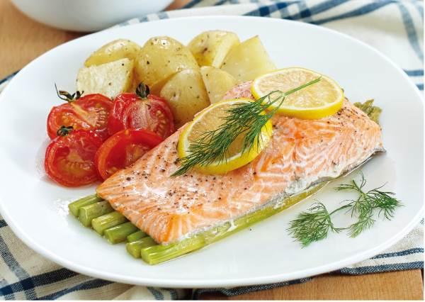 沒時間煮晚餐?只要食材包一包然後放進烤箱10分鐘,餐廳級美味「蘆筍鮭魚」立馬上桌!
