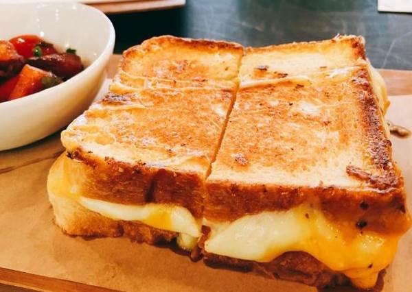 可以一次吃五個!MIOPANE人氣餐廳開新店,爆餡又牽絲的「四種起士吐司三明治」太欠吃!
