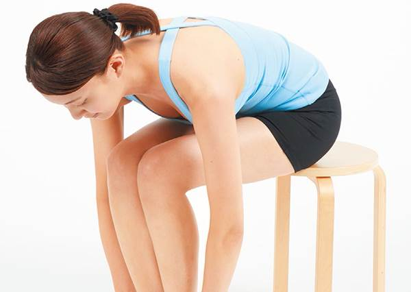 擺脫小腹婆!有效剷除肚肚肉的3種簡易操,甚至只要一張椅子就能輕鬆練出緊實腹肌?!